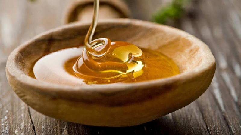 miel en un recipiente natural