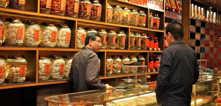 tienda tradicional china de medicina con plantas